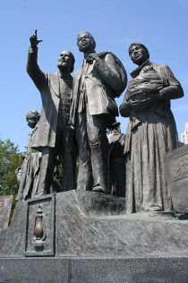 440px-Gateway_to_Freedom_International_Memorial_to_the_Underground_Railroad_-_Detroit_-_front